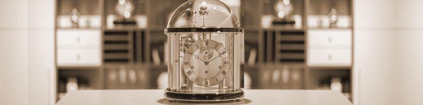 Mechanische Tischuhr vom Schweizer Uhrmacher